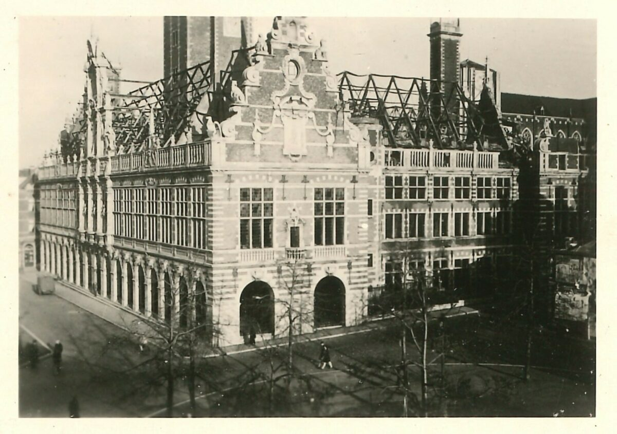 Na de bombardementen door de Engelsen in 1944 maakt Van Waeyenbergh zelf foto's van de tot puin gereduceerde universiteitsgebouwen.